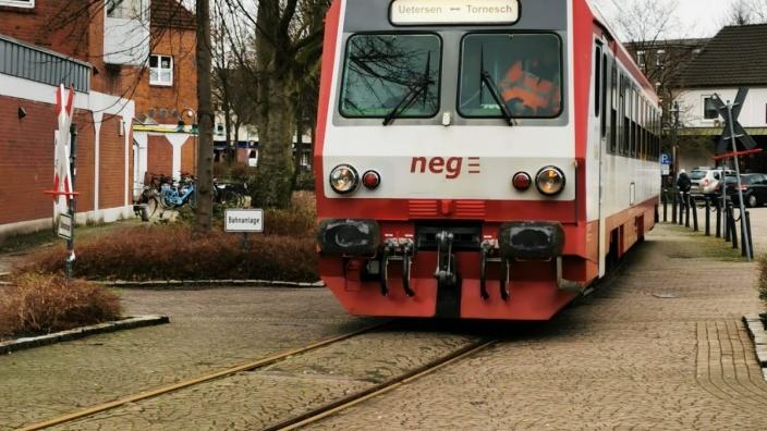 Triebwagen neg auf dem Bahnhofvorplatz Tornesch
